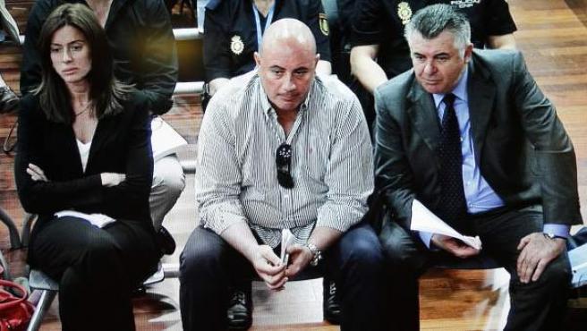 Fotografía tomada del monitor de la sala de prensa de la Audiencia de Málaga: Juan Antonio Roca (d) sentado junto al empresario y presunto testaferro de este, Oscar Benavente y la abogada Montserrat Corulla.