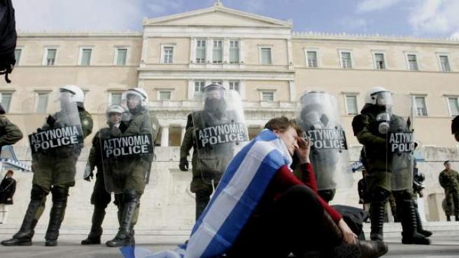 Policias hacen guardia durante el desarrollo de una protesta frente al parlamento griego en Atenas.