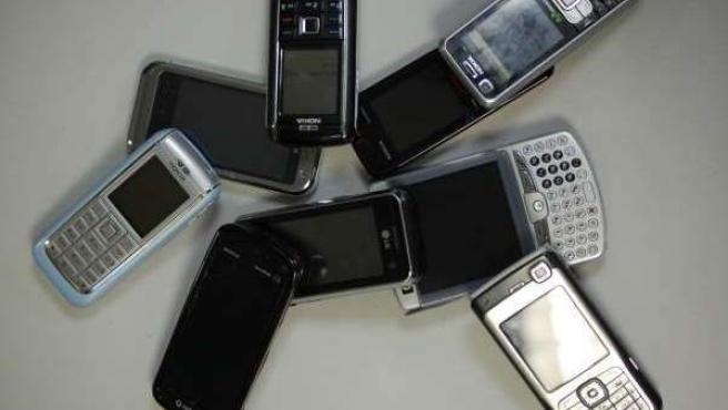 Imagen de archivo de varios teléfonos móviles.