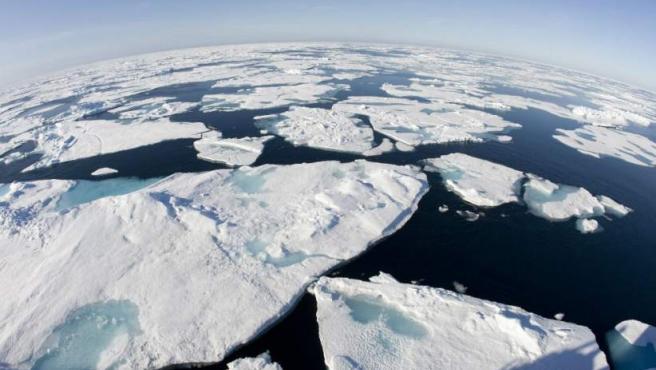 El Ártico es el área alrededor del Polo Norte de la Tierra. Incluye partes de Rusia, Alaska, Canadá, Groenlandia, Islandia, la región de Laponia, en Suecia, Noruega y Finlandia, y las islas Svalbard, así como el océano Ártico.