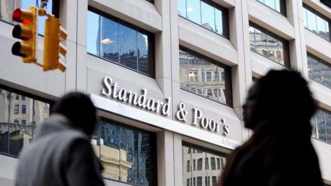 Fotografía del 8 de diciembre de 2011 que muestra la fachada de la agencia de medición de riesgo Standard & Poor's en Nueva York (EE UU).
