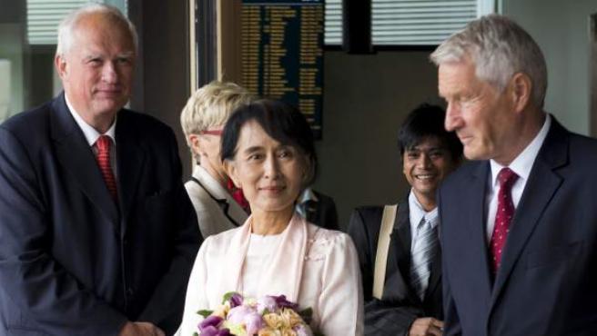 Suu Kyi llega a Noruega para recibir el Nobel de la Paz.