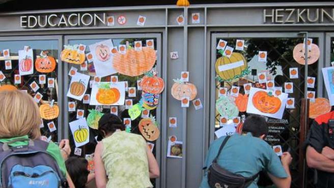 Alumnos Y Profesores Colocan Dibujos De Calabazas En La Puerta De Educación.