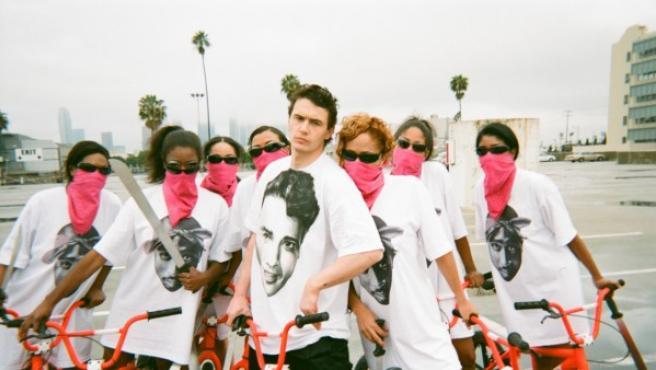 """James Franco recrea el duelo a navaja de """"Rebelde sin causa', pero esta vez con machete, en el corto """"Caput"""", de Harmony Korine"""