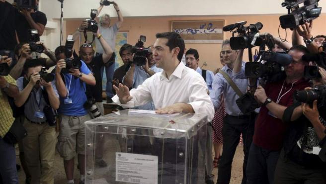 El líder de la Coalición de la Izquierda Radical (Syriza) Alexis Tsipras vota en un colegio electoral en Atenas.