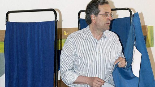 Antonio SamarAs, líder del tradicional partido conservador griego Nueva Democracia (ND), vota en un colegio electoral en Pylos (suroeste del Peloponeso).