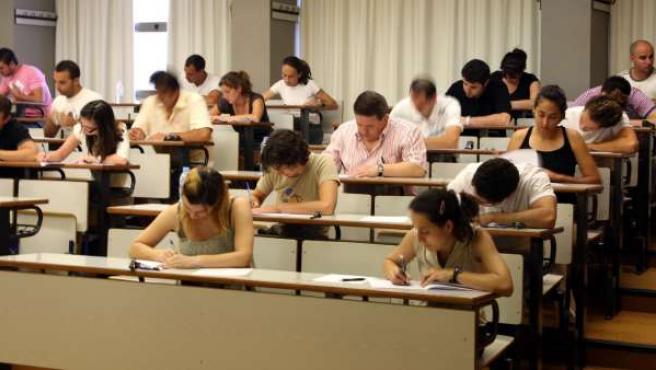 Imagen de archivo de unos opositores realizando un examen para convertirse en profesores de secundaria.
