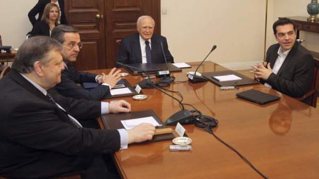 El presidente de la República, Carolos Papulias (2ºdcha), en una reunión conjunta con los líderes de los partidos más votados en mayo, Antonis Samarás (2ºizda) de ND, Alexis Tsipras (dcha) de Syriza y Evangelos Venizelos (izda) del Pasok en Atenas (Grecia).