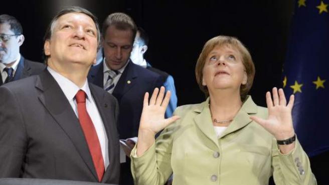 La canciller alemana, Angela Merkel (dcha), conversa con el presidente de la Comisión Europea, José Manuel Durao Barroso.