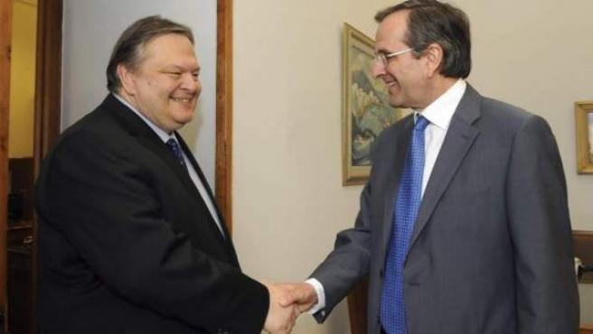 El líder conservador y ganador de los comicios en Grecia, Antonis Samaras (derecha), conversa con el socialista del Pasok Evangelos Venizelos.