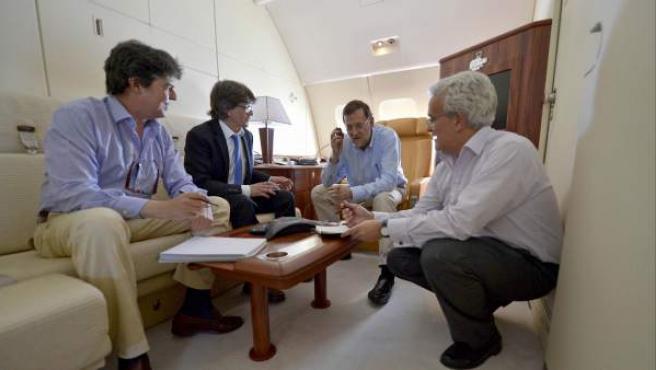 Mariano Rajoy (2d) manteniendo este domingo una conversación telefónica, con el presidente del Consejo Europeo, Van Rompuy, el presidente de la Comisión Europea, Durao Barroso, la Canciller alemana, Merkel, el presidente francés, Hollande, el primer ministro británico, Cameron, y el primer ministro italiano, Monti.