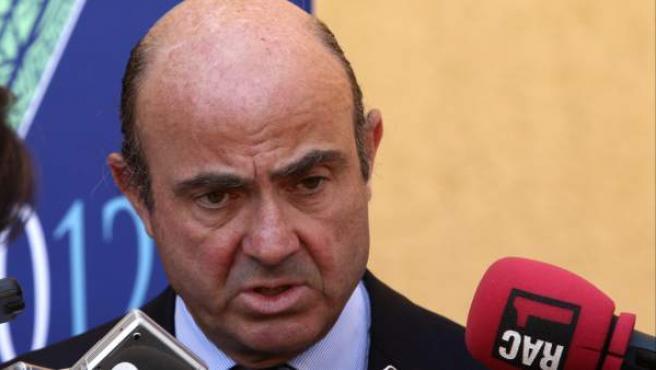 El ministro español de Economía, Luis de Guindos, habla con la prensa en Los Cabos, México.