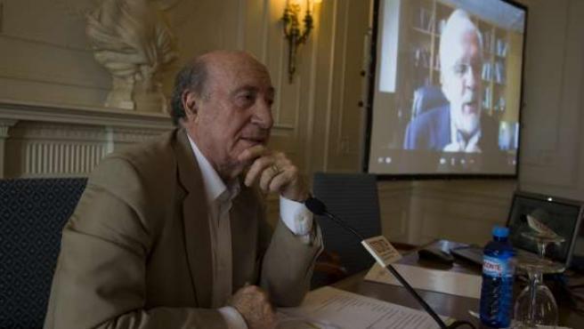 Peridis, En Primer Término, Y Borges Al Fondo, Por Videoconferencia