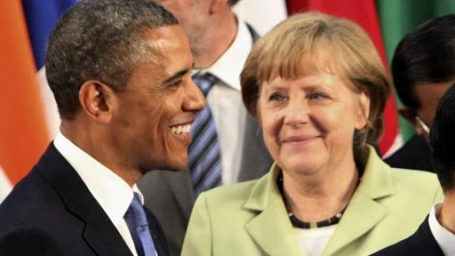 El presidente de Estados Unidos, Barack Obama (i), habla con la canciller alemana, Angela Merkel.