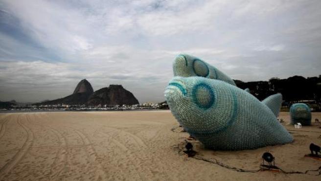 Un pez gigante hecho con botellas de plástico en la playa de Botafogo, en Río de Janeiro (Brasil), sede de la Conferencia de la ONU sobre Desarrollo Sostenible Río+20.