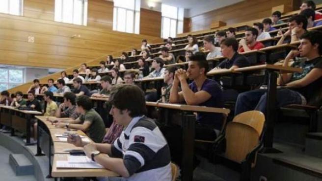 Jóvenes españoles estudiando.