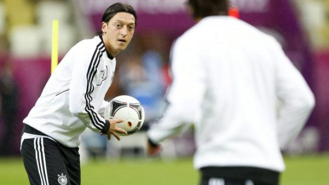 El jugador de la selección alemana, Mesut Özil (izq).