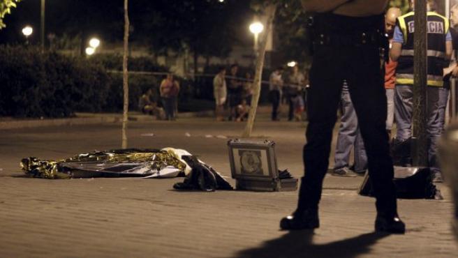 La policía acordona y vigila el lugar donde ha fallecido el joven acuchillado en Madrid.