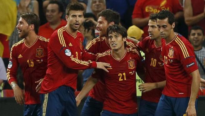 El centrocampista de la selección española, Xabi Alonso (3i), celebra con sus compañeros su gol ante Francia.