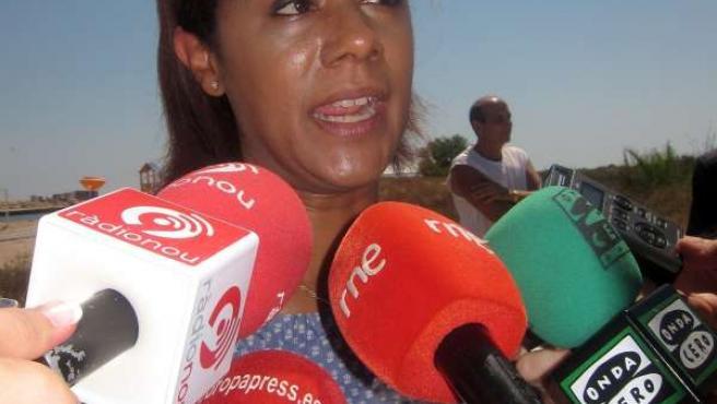 La Consellera Lola Johnson Atiende A Los Medios En El Perellonet.