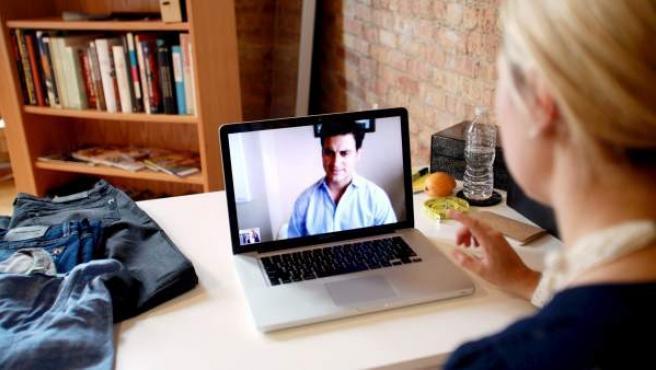 Dos personas se comunican a través del servicio de videoconferencia Skype.