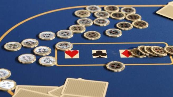 Fichas de casino sobre un tapete.