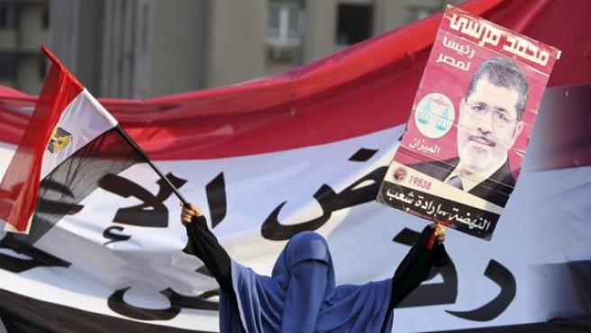 Los seguidores de Morsi, elegido presidente de Egipto, celebran la victoria en la calle.