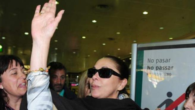 Isabel Pantoja saluda a sus fans en un aeropuerto.