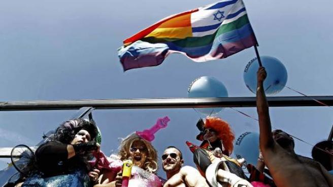 Una imagen de archivo de varios jóvenes en una de las carrozas del Pride Barcelona.