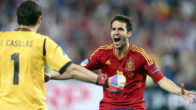 El jugador de la selección española Cesc Fábregas (d) celebra tras marcar el penalti definitivo ante Portugal.