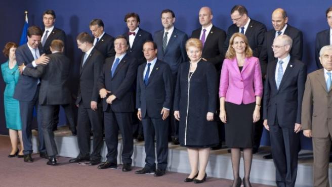 El presidente del Gobierno español, Mariano Rajoy (2 fila, 5d), posa junto a otros líderes europeos en la foto de familia del Consejo Europeo.