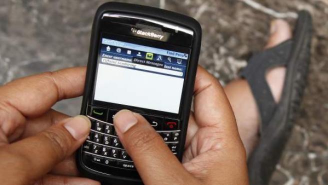 Una mujer utiliza su BlackBerry.