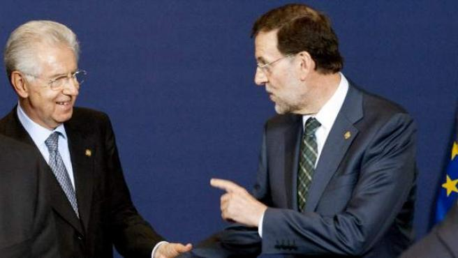 El presidente del Gobierno español, Mariano Rajoy, conversa con el primer ministro de Italia, Mario Monti.