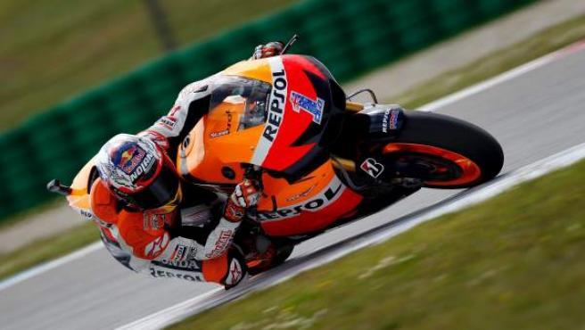 El piloto australiano de MotoGP Casey Stoner (Honda RC 213 V) participa en una sesión de entrenamientos libres en el circuito de Assen (Holanda).