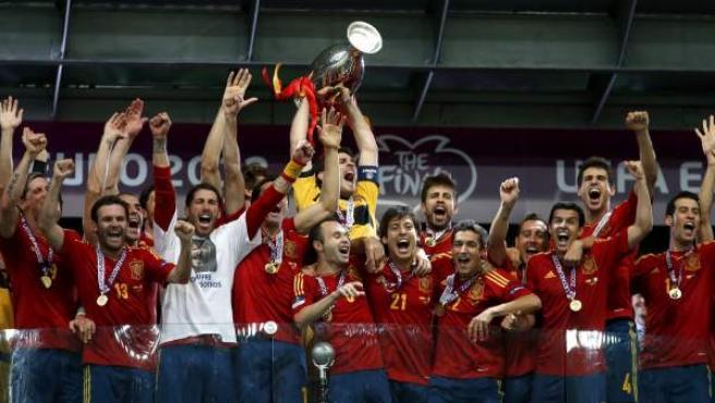 Iker Casillas levanta, junto al resto de jugadores de la selección, la Eurocopa de 2012.
