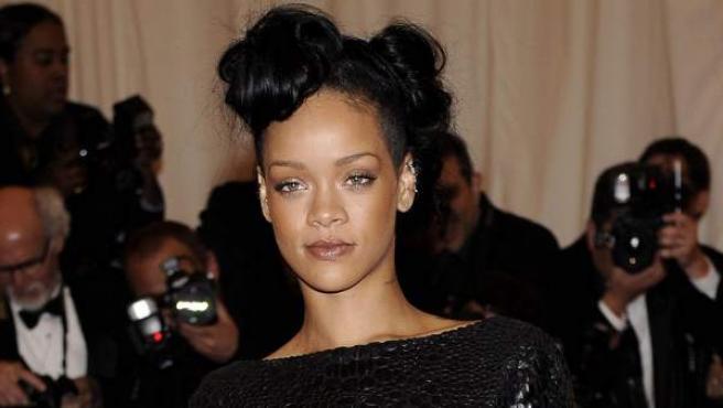 Rihanna posa a su llegada a la Costume Institute Gala del Museo Metropolitano de Artes, en Nueva York.