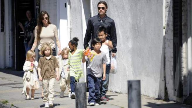 Angelina Jolie con Brad Pitt y sus seis hijos.