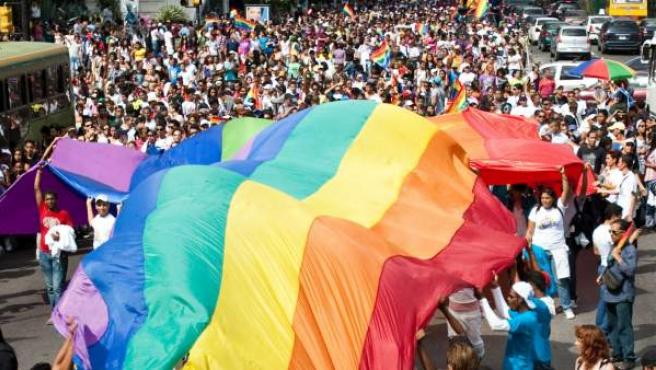 Miles de personas participan en una marcha gay.