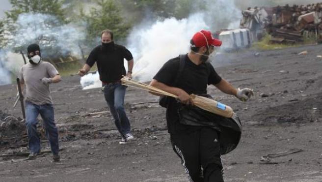 Enfrentamientos entre mineros y policía en el pozo Sotón.