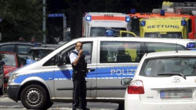 Policías y miembros de los servicios de emergencia desplegados en el barrio Nordstadt de Karlsruhe (Alemania).