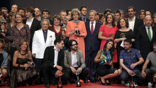 Foto de familia de los ganadores de los premios Iris de la Academia de Televisión 2011, con Laura Valenzuela, que recogió el premio Toda Una Vida, en el centro.