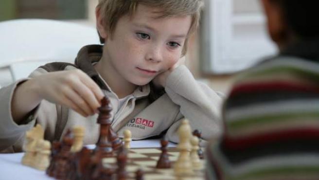 Niños jugandoal ajedrez.