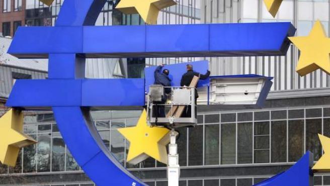 Dos empleados trabajan en la sede del Banco Central Europeo (BCE).