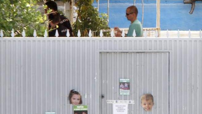 José Breton (d) padre de los dos menores de 2 y 6 años desaparecidos el pasado 8 de octubre en Córdoba, en el interior de la finca 'Las Quemadillas', donde continúan los trabajos de búsqueda de los niños.