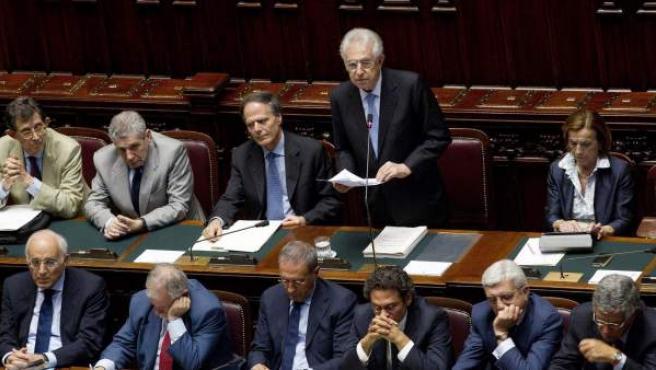 El primer ministro italiano, Mario Monti (de pie), interviene ante el parlamento en Roma el pasado 5 de julio de 2012.nti pide la inmediata aprobación del llamadao Mecanismo de Estabilidad Europeo antes del final de mes.