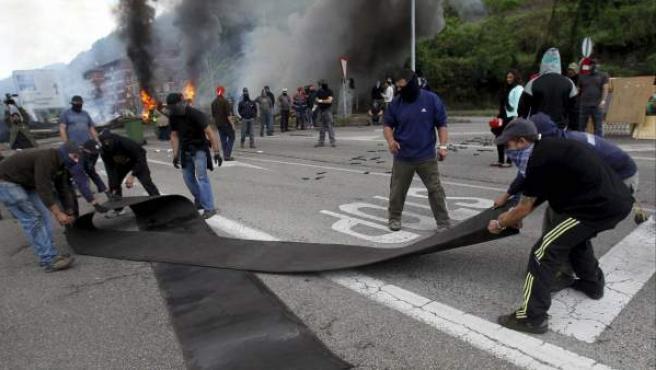 Los mineros que cortan con una barricada colocada junto al pozo Santiago (Asturias).