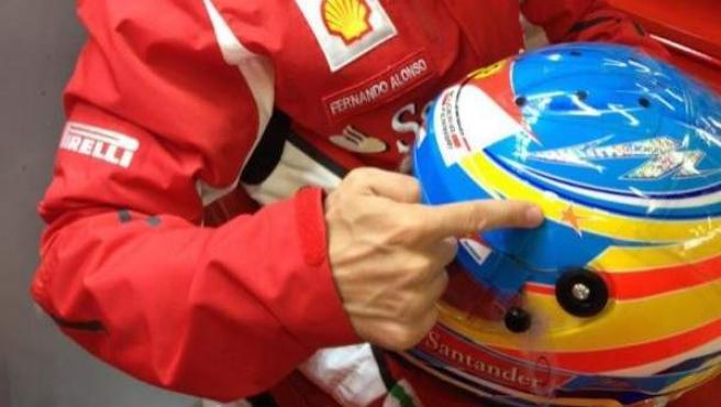Fernando Alonso luce la estrella de la piloto María de Villota.