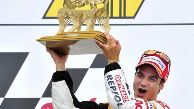 Dani Pedrosa levanta el trofeo tras ganar el GP de Alemania de MotoGP.