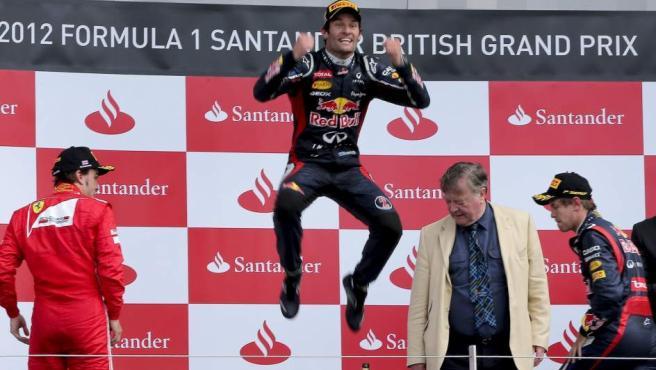 Webber celebra eufórico su victoria en Silverstone junto a Alonso y Vettel.