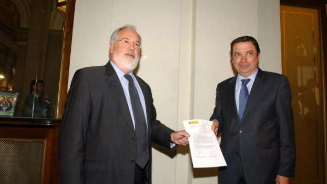 Arias Cañete y Planas tras la firma del convenio